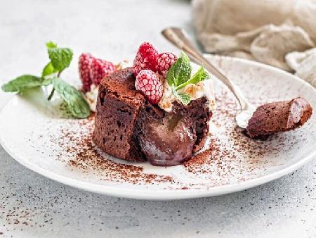 Лесен и бърз лава кейк (шоколадово суфле) с ванилов сладолед и малини - снимка на рецептата
